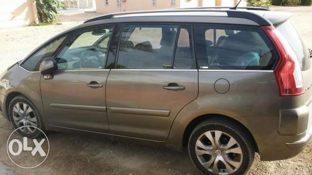 Car for sell Picasso 8 seaters مسقط -  2