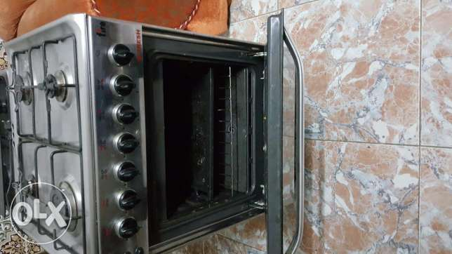 Fresh cooking range with 4 eyes. Very good condition. Ghubrah. Price
