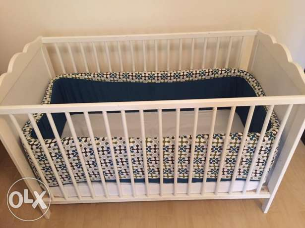 Excellent condition crib, high quality mattress and accessories. مسقط -  2