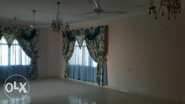 Upper Portion of Villa for rent in mawala 2mints drive city center مسقط -  2