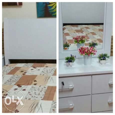 Bed and dressing table homecentre