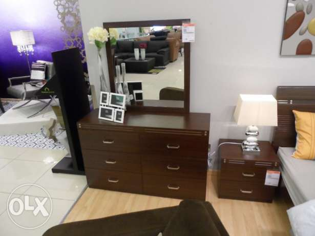 Bedroom suite (king size bed, 2xlockers, drawers with mirror القرم -  2