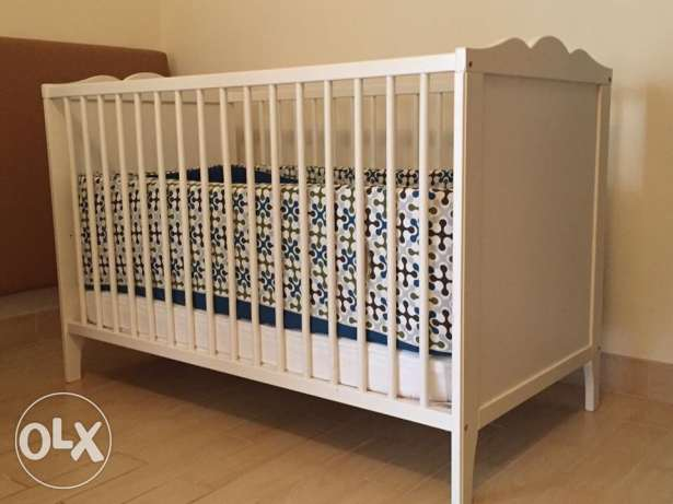 Excellent condition crib, high quality mattress and accessories. مسقط -  4