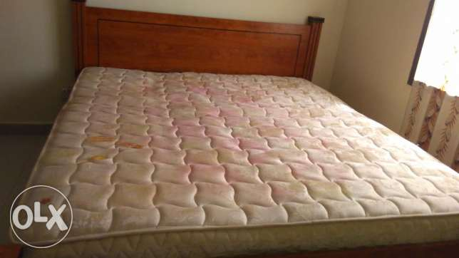 Bed wooden double bed with mattress (king size) price negotiable. مسقط -  4