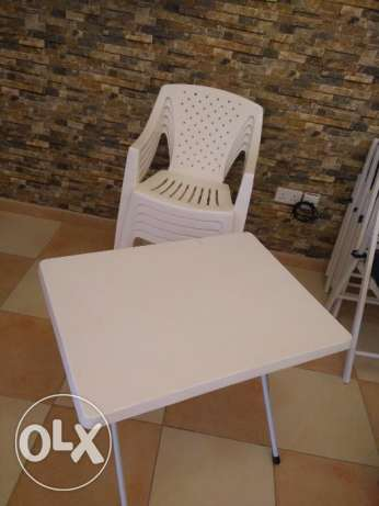 5 plastic chairs and table