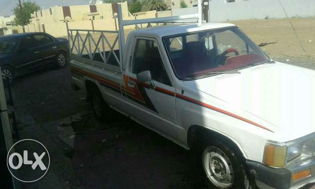 Pickup toyota 1984 model good condition mulkia expire on 15/8/2017 البريمي -  4
