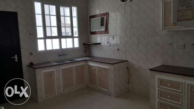 4bhk Villa for rent on 18 Nov Street Near omanoil petrol station مسقط -  4