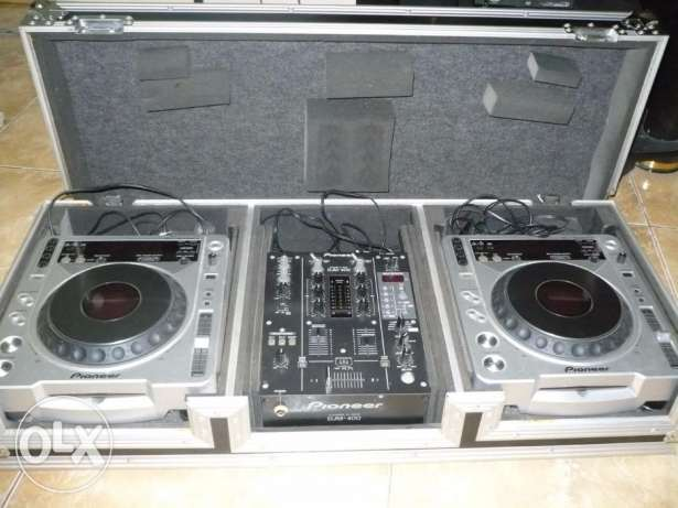 Pioneer DJ Mixer with Two Turntables and Hardcase with Wheels مسقط -  1