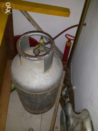 Stove and gas cylinder