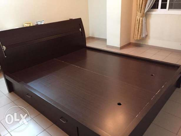 King size wooden cot with built in storage and bed- first hand usage مسقط -  2
