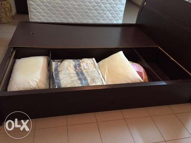 King size wooden cot with built in storage and bed- first hand usage مسقط -  3
