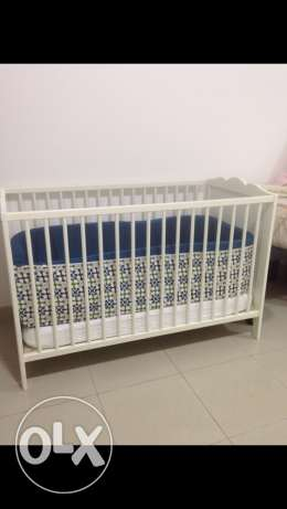 Excellent condition crib, high quality mattress and accessories. مسقط -  5