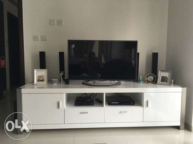 Beautiful top quality Tv cabinet white with drawers imed sale مسقط -  1