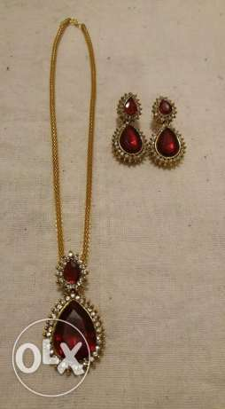 New and Unused pendant and earing set (with chain)