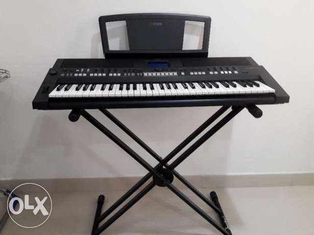 Keyboard- Yamaha PSR 650 with adapter for sale مسقط -  1