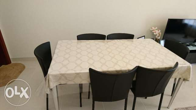 Dinnin table with 6 leather chairs and table sheet, same as new. مسقط -  2